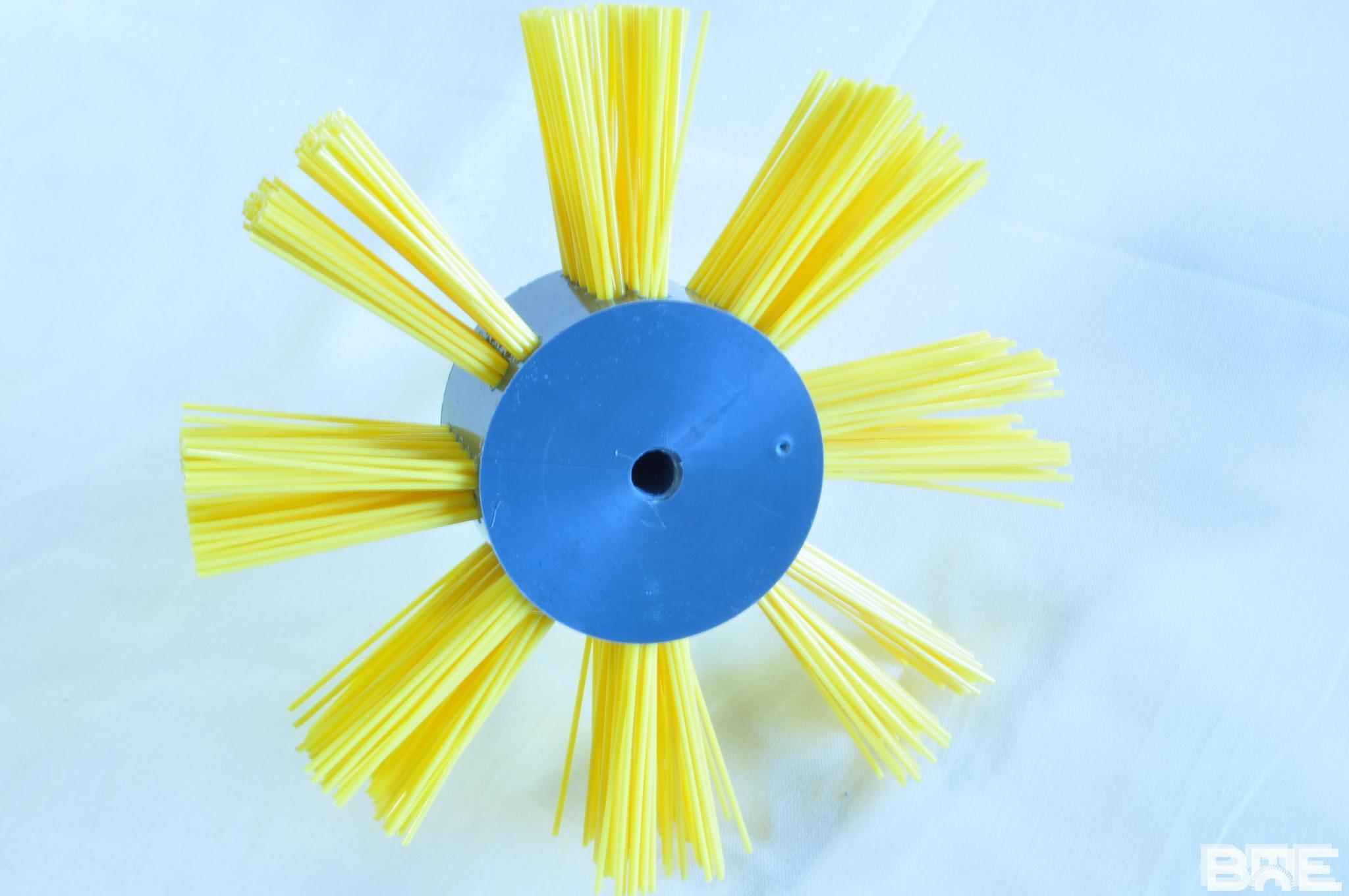 Brosse rotative pour agrénoir avec garnissage en bandes
